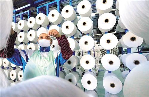 1月10日,江西乐安县乐康明恒制造有限公司生产车间员工在加紧生产。 谭立华摄