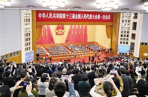 3月11日下午,十三届全国人大一次会议举行第三次全体会议,表决通过了《中华人民共和国宪法修正案》。图为众多中外记者在拍照。 经济日报-中国经济网记者 李景录摄