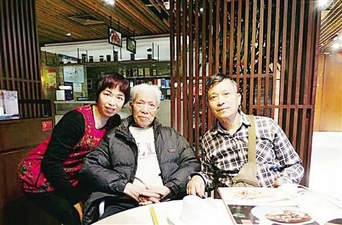父亲李俊钰87岁大寿,李鹏展和妹妹与父亲合影(受访者供图)