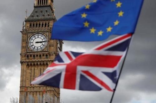 """资料图:2017年9月9日,英国伦敦,反""""脱欧""""人士在议会广场举行抗议活动,现场的欧盟旗帜和英国国旗。"""