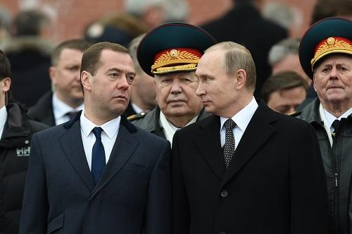 资料图:俄罗斯总统普京(前右)与总理梅德韦杰夫(2016年2月23日摄)。新华社记者戴天放摄