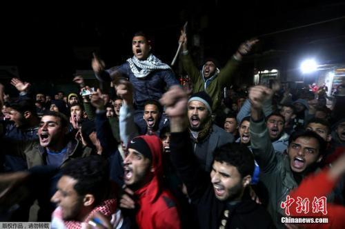 愤怒的巴勒斯坦民众在加沙南部的Khan Younis地区发起抗议特朗普的决定。
