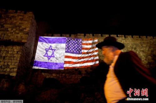 在耶路撒冷旧城区的一面墙上,以色列国旗和美国国旗被接在了一起。