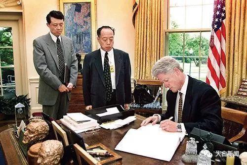 在李肇星的要求下,克林顿对受害中国人民道歉