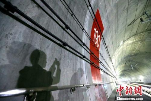 图为秦岭隧道。 张远 摄