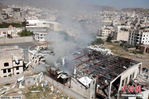 资料图:当地时间2016年10月9日,也门萨那,沙特主导的多国联军对也门实施空袭,导致一个当地葬礼现场死亡人数超过140人,另有数百人受伤。图为爆炸后的建筑残骸。