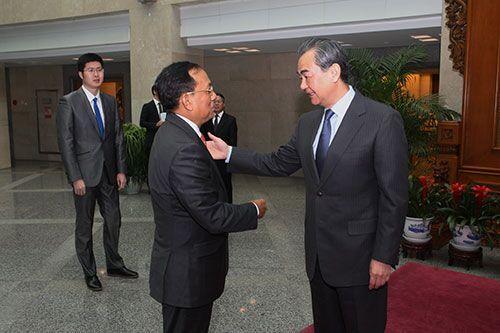 2017年12月21日,外交部长王毅会见来华访问的缅甸边境事务部长耶昂。