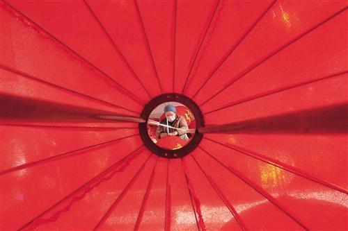 1月3日,山西运城市稷山县杨赵村灯笼产业园员工在制作灯笼。高新生摄