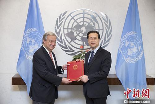当地时间1月30日,中国新任常驻联合国代表马朝旭在纽约联合国总部,向联合国秘书长古特雷斯递交全权证书。 中新社记者 廖攀 摄