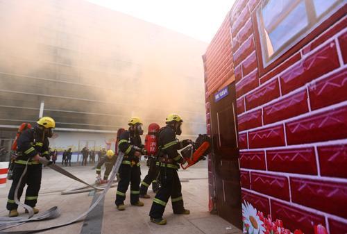 消防人员参加天津市和平区举行的反恐应急综合演练