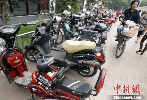 资料图:图为北京某大型超市前的自行车停车场中多半为电动车。中新社发 张宇 摄