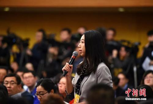 图为中新社、中新网记者张素在记者会上提问。中新社记者 李卿 摄