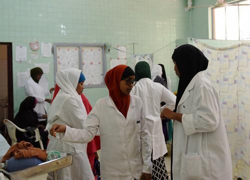 中国政府于1976年援建的巴纳迪尔医院是摩加迪沙为数不多的综合性公立医院,也是索马里最大的妇幼医院,现有医护人员约300名,每周接待约3200名患者。在索马里首都摩加迪沙的巴纳迪尔医院,医护人员在病房内工作(2016年10月23日摄)。新华社记者 李百顺 摄