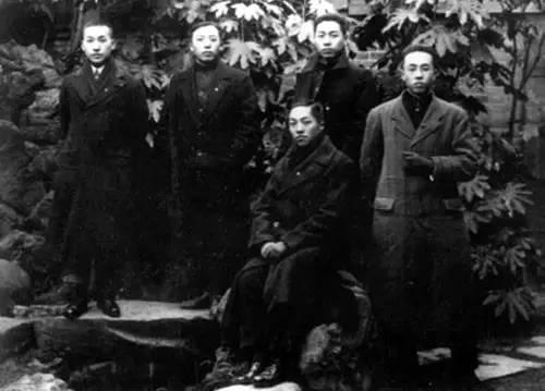 1917年9月,周恩来赴日本求学,后排右一为周恩来。图片来源:新华图片