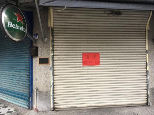 """地震后,花莲街头随处可见店家门上贴着红色的""""顶让""""等字样。图片来源:台湾《联合报》"""
