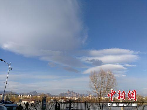 资料图:2017年12月19日,北京延庆区的蓝天。 中新网 张尼 摄