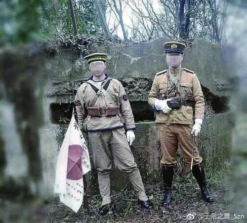 两男子穿仿制二战日本军服在南京紫金山抗战碉堡前拍照。