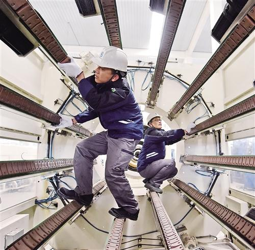 1月8日,河北廊坊高新区河北泉恩高科技管业有限公司员工在调试设备。新年过后,廊坊市各家企业铆足干劲,开足马力忙生产。 庞 博摄