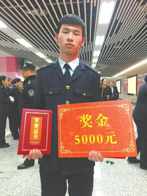 安检员小朱因检出手枪且处置得力被重奖5000元。