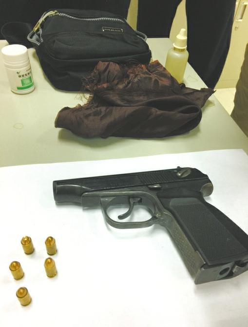 地铁安检人员从一名女子的随身行李中查获手枪和子弹。 本文图片 华西都市报