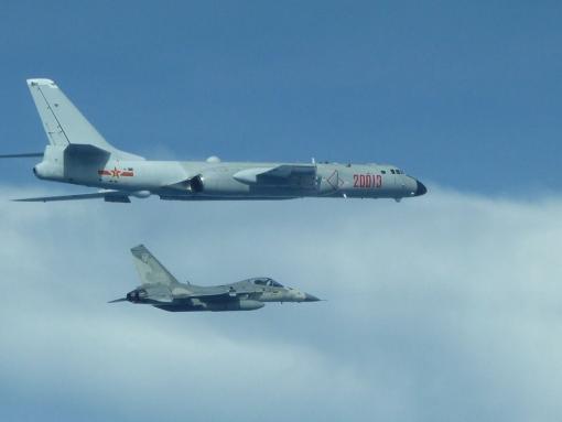 """台防务部门此前公布的IDF战机伴飞轰-6照片。(来源:台湾""""中央社"""")"""
