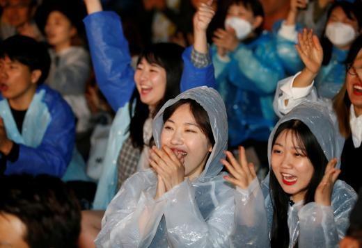"""韩国总统文在寅誓言""""拼经济"""",年轻人很有感。(图/路透社)"""