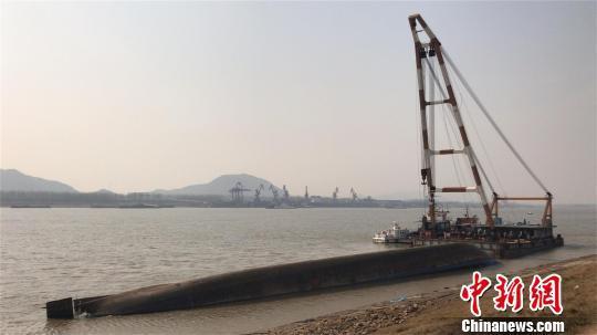 2月2日,侧翻的货船倒扣在水中 邹浩 摄