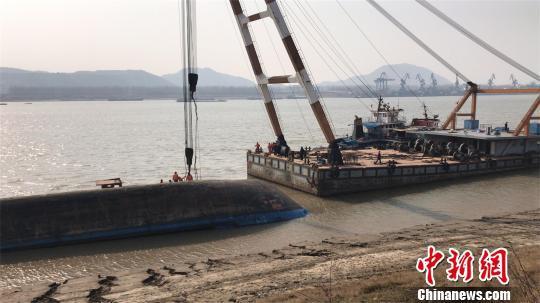 2月2日,救援人员展开施救 邹浩 摄
