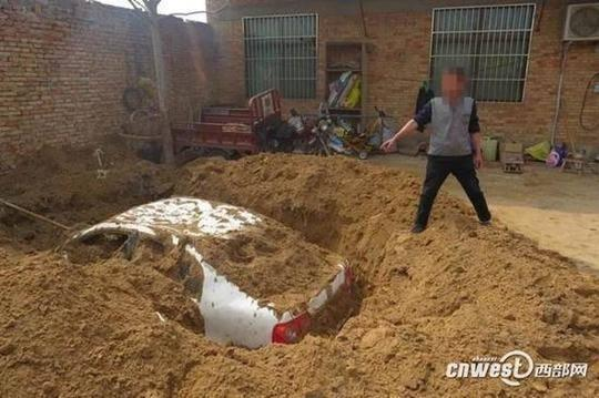 大荔男子肇事撞伤人后逃逸,怕担责家院中挖坑埋车。