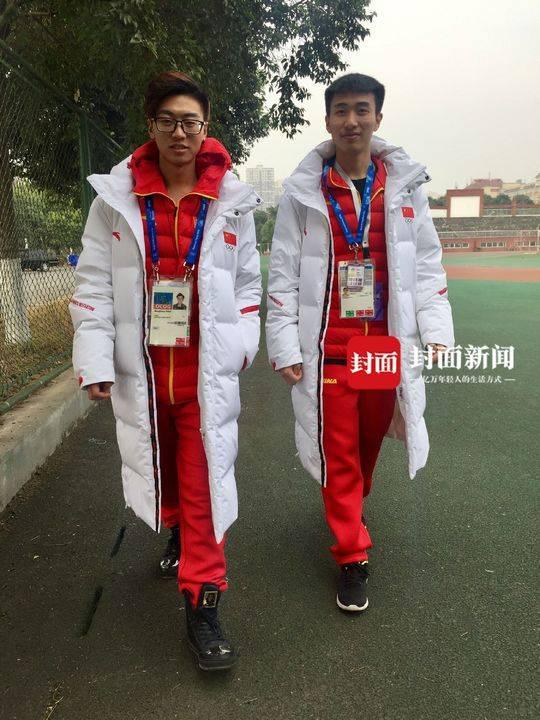 赵明亮(左)和杨涵(右)回到学校