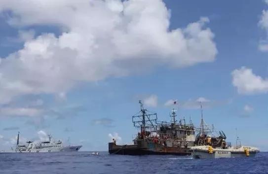 ▲被中国渔政船拖带回港时,船上只剩11名船员。 图片来源:新京报