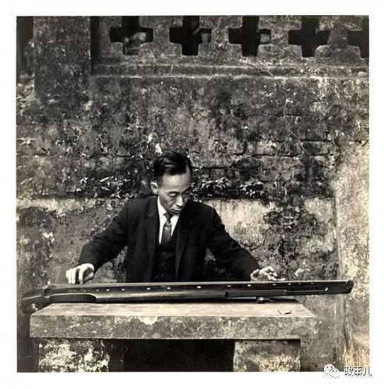 饶宗颐与香港大学中文系学生郊游抚琴照。(1960年初夏)
