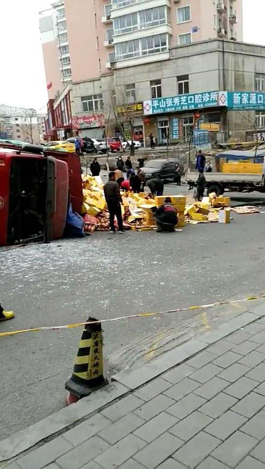 大货车侧翻,热心市民帮忙捡拾归拢散落的饮料。 警方供图