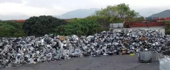 ▲堆放在香港新界的电子垃圾