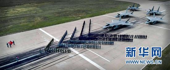 中国空军歼-20、歼-16飞翔员群体宣誓(材料照片)。  新华社发
