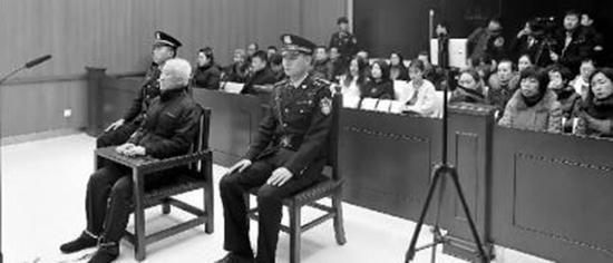 尹林在法庭上 新文化报 图