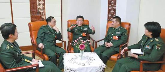 解放军报记者邹维荣(右一)、柴华(左一)采访军队政协委员张晓光、冷杰松、韦昌进(右二至右四)。中国陆军微信公众号 图