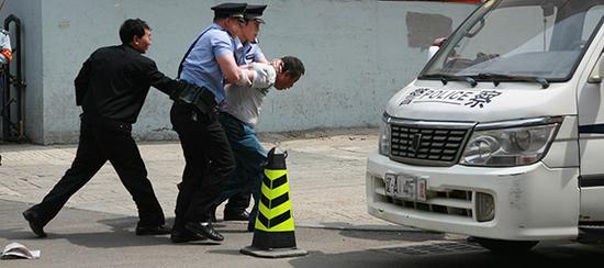 沈阳市公安局在铁西区应昌小学组织在校师生进行校园安全防范应急演练。视觉中国 资料
