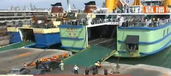 目前,正在装船的滞留车辆。