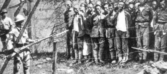 图为日本侵略军正在对中国军民进行屠杀