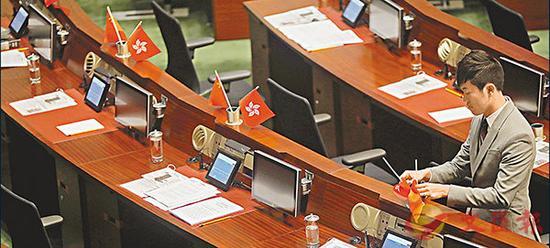 图为郑在立法会倒插国旗区旗。(图源:香港文汇网)