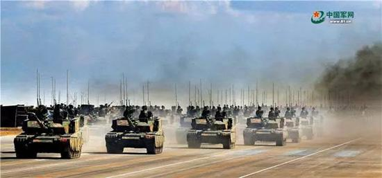"""坦克方队22辆坦克呈""""箭""""形布阵,象征着""""陆战之王""""勇往直前。作为我国自主研发的主战坦克,99A坦克实现了火力、机动力、防护力和信息力的有效融合,体现了陆战装备的新水平。刘应华 摄"""