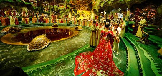 电影也展现了盛唐穷极一时的繁华景象。不过,在原著中,这景象的繁华不仅仅是一场极乐之宴,更有大唐的兼容并蓄、灿烂的文化。