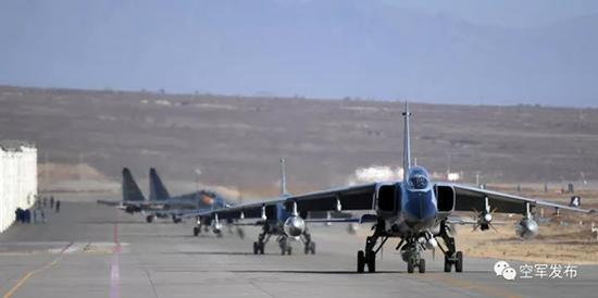 多型战机滑出停机棚