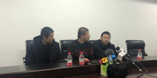 获救三名船员讲述沉船经过。 澎湃新闻见习记者 杨帆 图