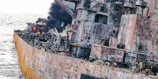 """救助人员登上难船""""桑吉""""轮。"""