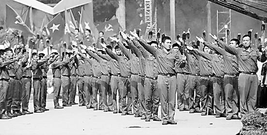 """1 月31日,越南青年用舞蹈的形式纪念""""春节 攻势""""50周年。"""