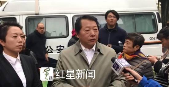 ▲庭审结束,受害人诉讼律师樊颙接受媒体采访。图片来源:红星新闻