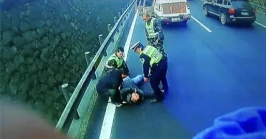 警员扼制在场担任职务的人