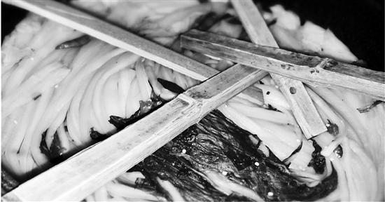 摊贩在腌白菜里加过量二氧化硫 被拘役三个月